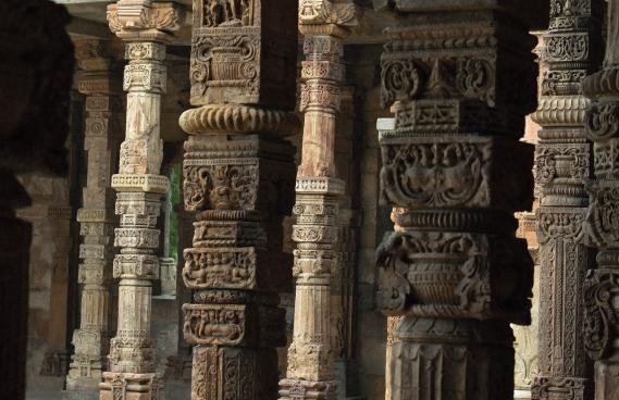 Brown concrete pillars sarthak-kwatra-CRP 714690-unsplash